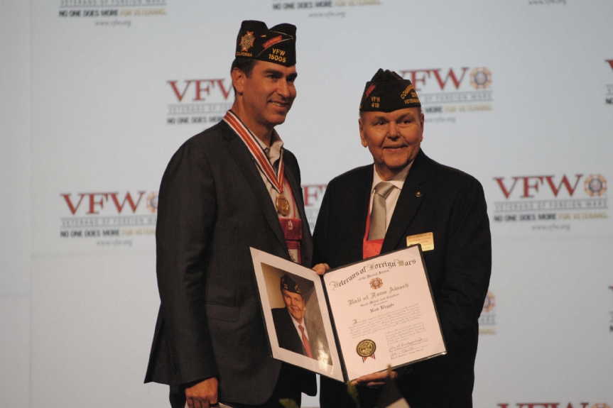 Marine LTC, Ret. Rob Riggle and life member receives a Hall of Fame award from Commander-in-Chief